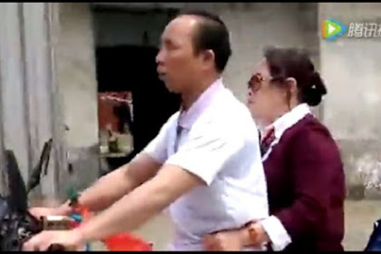 Buta, Pria Ini Bawa Motor Diarahkan oleh Istrinya