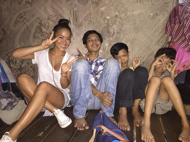 Tamie Tran avec les enfants des bidonvilles de Boeng Trabeck à Phnom Penh