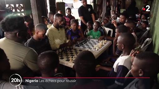 Le professeur nigérian Tunde Onakoya (27 ans, 2165 Elo Fide) donne généreusement des cours d'échecs à de nombreux enfants de son pays. Une belle leçon de solidarité et d'entraide entre générations. - Photo © France 2