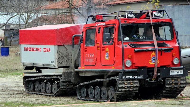 Αλεξανδρούπολη: Με ερπυστριοφόρο της Πυροσβεστικής απεγκλωβίστηκαν 5 άτομα από τα χιόνια