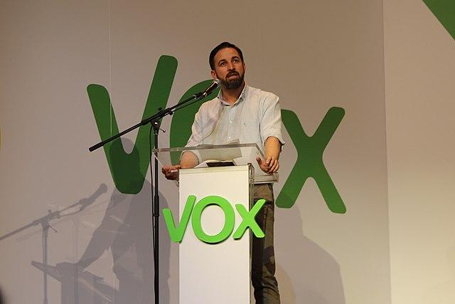 Santiago Abascal pletórico en un mitin (foto gentileza de Wikipedia, a la que amo)