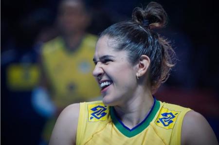 Natália Pereira sorrindo com a camisa da seleção feminina de vôlei