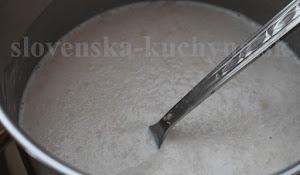 Kvások - v teplom mlieku rozmiešame droždie, kryštálový cukor a trocha múky