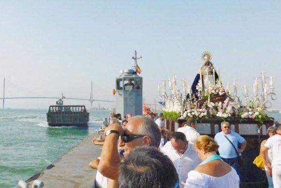 En el aire la procesión marítima de la Virgen del Carmen de Cádiz