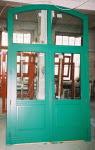 Zielone drzwi do kamienicy