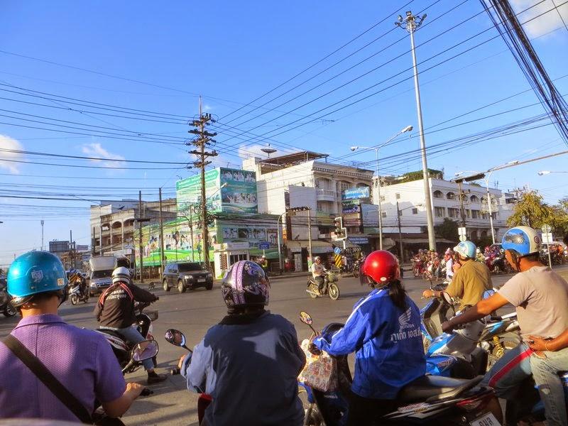 Много скутеров на светофоре
