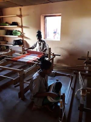 tejer-seda-en-la-fabrica-de-ambositra-en-madagascar
