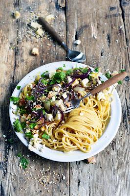 Spaghettis croustillants aux oignons caramélisés et à la feta