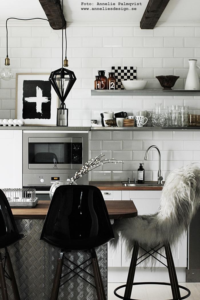 kors, döden, lampor, tvåfota design, stenskiva, stenskovor, hylla, rostfritt, rostfria, vide, videkvist, videkvistar, kök, köket, köks, köksö, grått kök, hth, vas, diskbänk, bänkskiva, bänkskivor, industriellt industrikök, industristil, plåt, vitt, svart och vitt, svartvit, svartvita, poster, posters, konsttryck, tavla, tavlor, annelies design, inredning, vår,