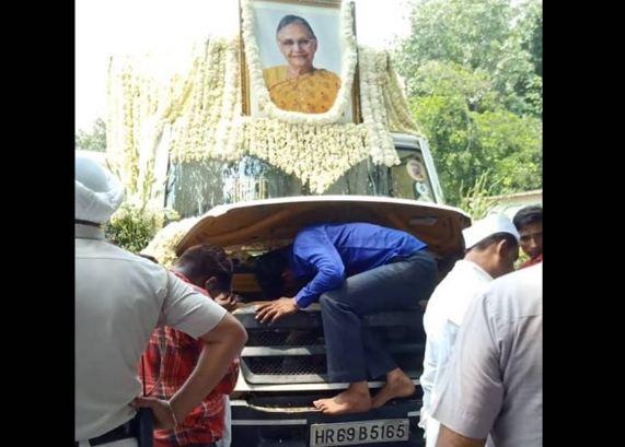शीला दीक्षित का शव वाहन हुआ खराब, अंतिम यात्रा में देरी... - newsonfloor.com