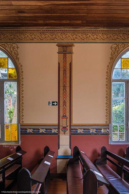 O interior da Christuskirche (Igreja de Cristo) - detalhe pinturas nas colunas e barras