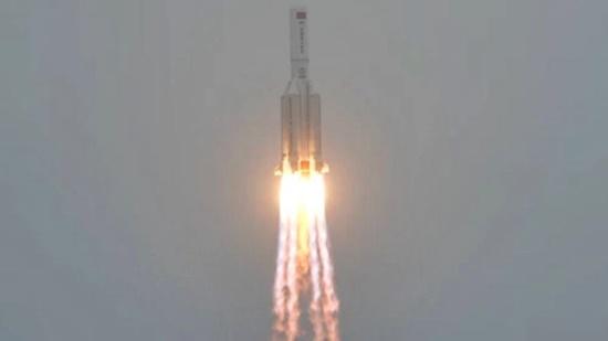 Enorme foguete chinês está fazendo uma descida descontrolada para a Terra