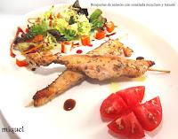 Brochetas de Salmón con ensalada mezclum y tomate