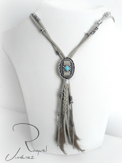 collar tribal antelina con plumas