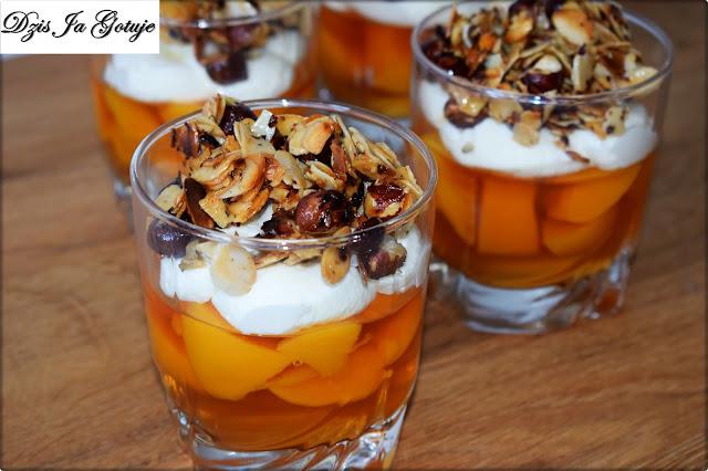 Deser z brzoskwiniami, pianką i słodkimi orzechami