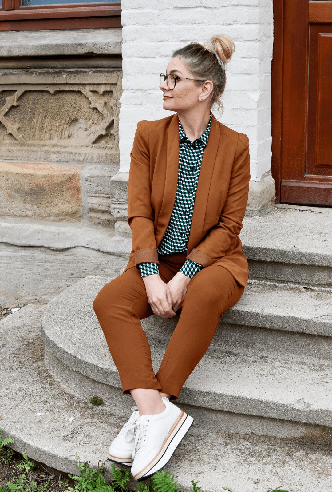 Bürooutfit für Frauen. Wie style ich einen Anzug und Sneaker