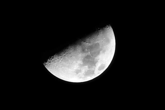 Le Lune, 2 jours plus tard, le soir du 23 Février au-dessus de la Place Saint-Germain... Photo Erwan Corre