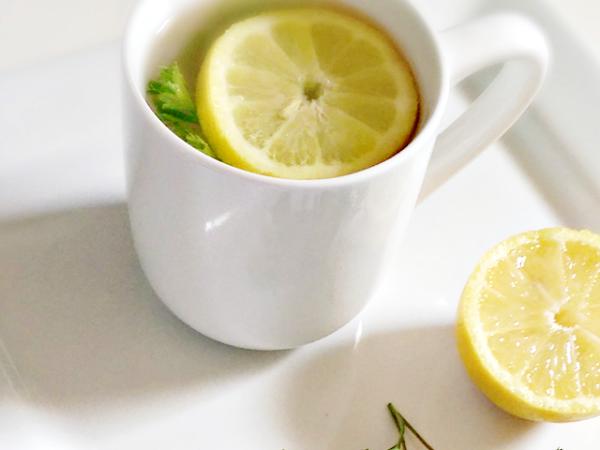 Tomando té de limón y jengibre por las mañanas para desintoxicar el cuerpo