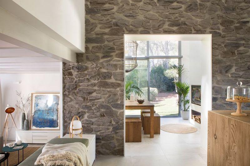 Pared de piedra interior de la vivienda
