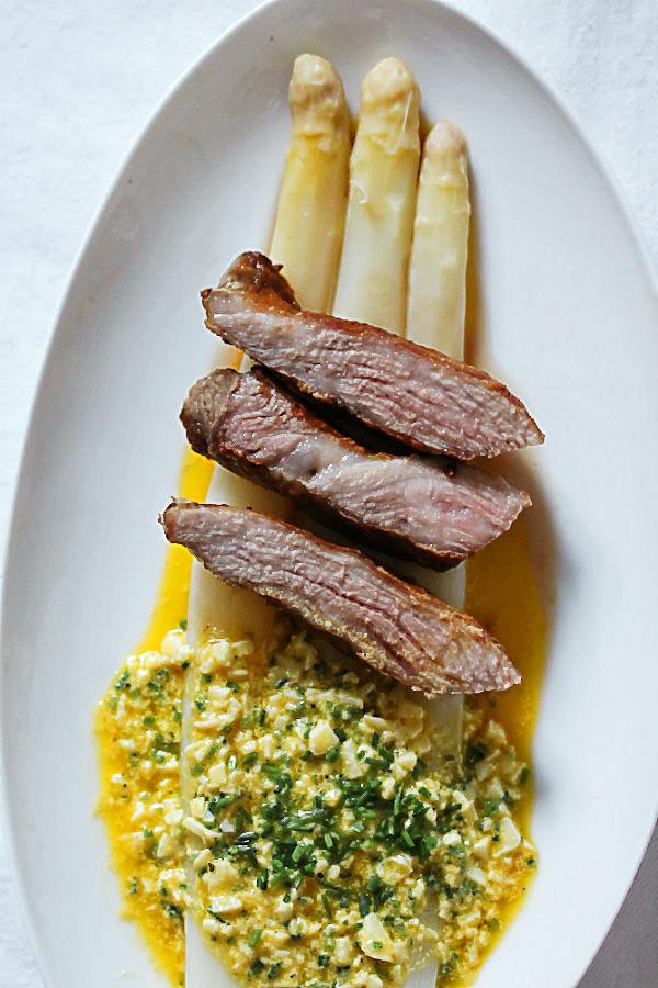 Die 7 besten Spargelrezepte aller Zeiten! So kochst Du ganz einfach selbst weißen Spargel, der alle begeistert, auch zu Ostern! #spargel #weißer #ostern #kochen #dämpfen #braten #rezepte #weinempfehlung #passend #weiß #saison #anbau #folie #bio #backofen #schinken #hollandaise #quiche #vegetarisch #vegan #nudeln #pasta #kochen #salat #grillen #auflauf #sauce #eier #erdbeeren #zubereiten #tipps