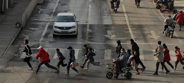 Peatones en las calles de Wuhán, China, en enero de 2021.Chen Liang
