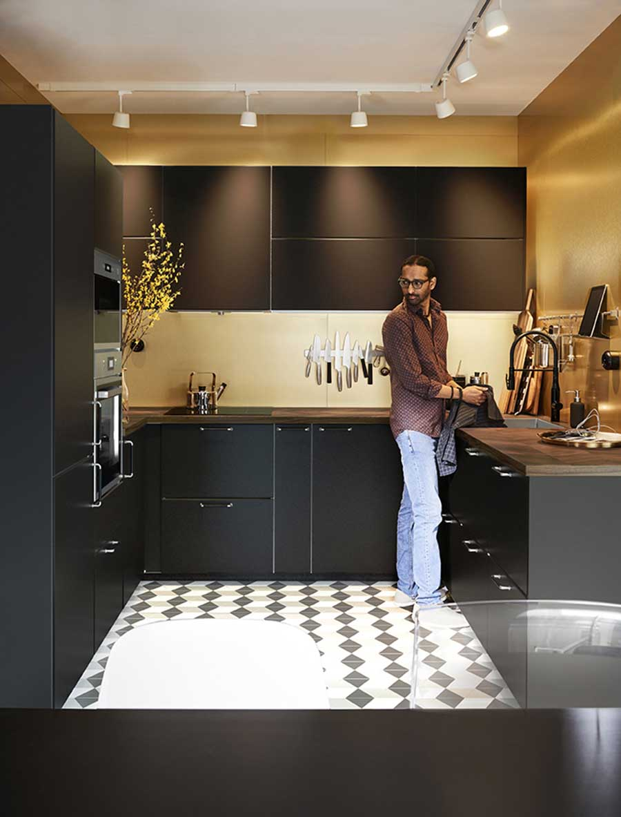 Novedades catálogo Ikea 2020 cocina muebles oscuros color ocre