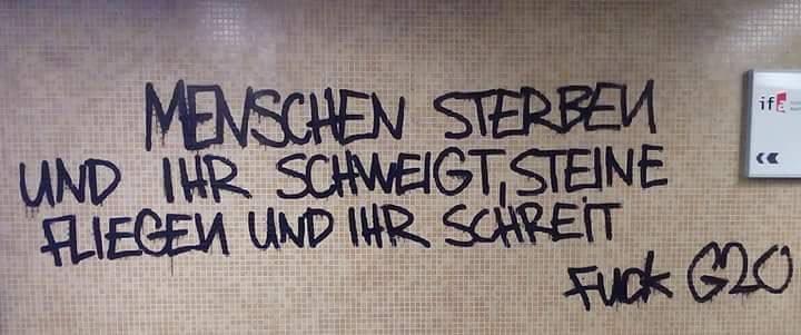 [Graffito: Menschen sterben und ihr schweigt, Steine fliegen und ihr schreit – Fuck G20