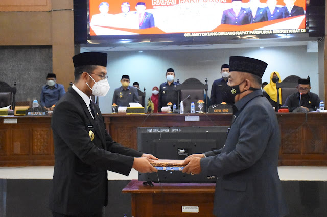 Ketua DPRD Sinjai Serahkan Ranperda LPJ APBD 2020