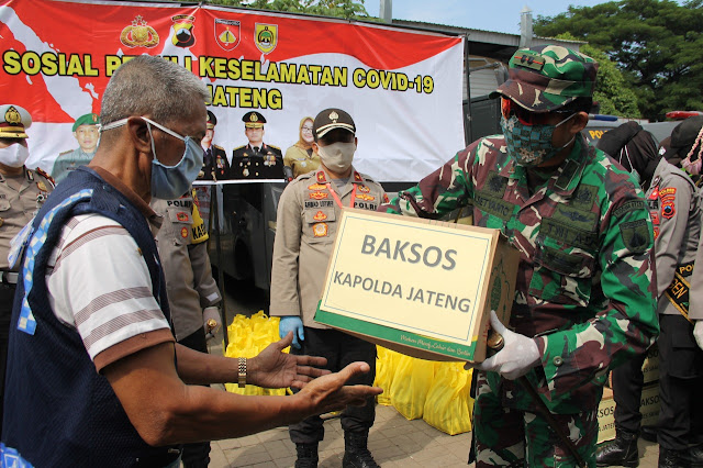 Kodim Sragen - Dandim Sragen Dampingi Waka Polda Jateng, Serahkan 144 Paket Sembako Kepada Kuli Pasar Bunder
