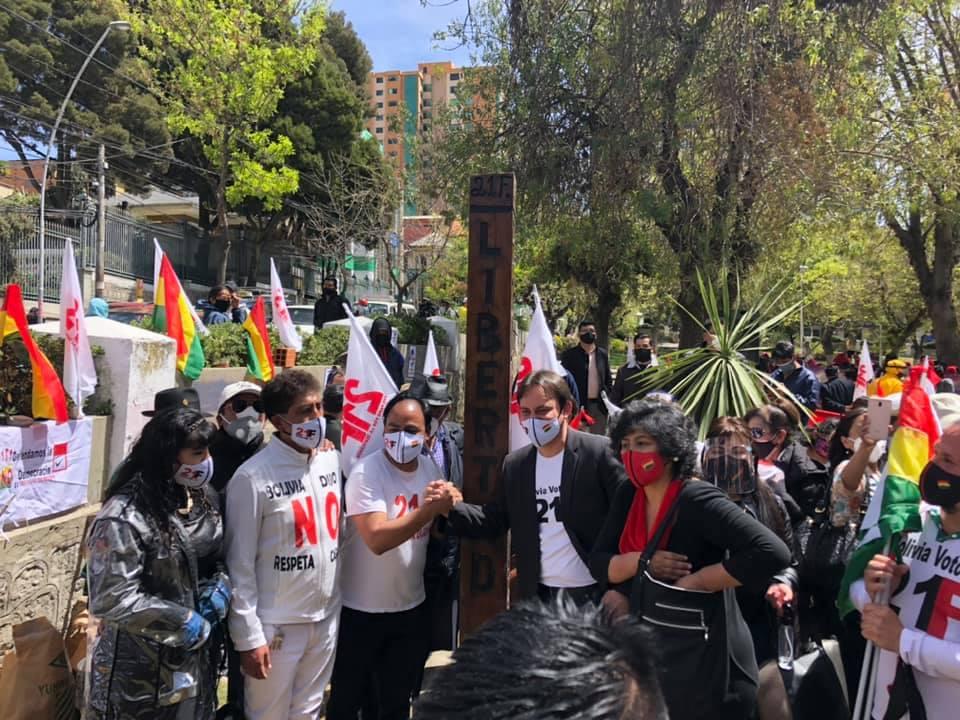 Activistas del 21F realizaron un acto de desagravio al símbolo traído desde Santa Cruz / FACEBOOK