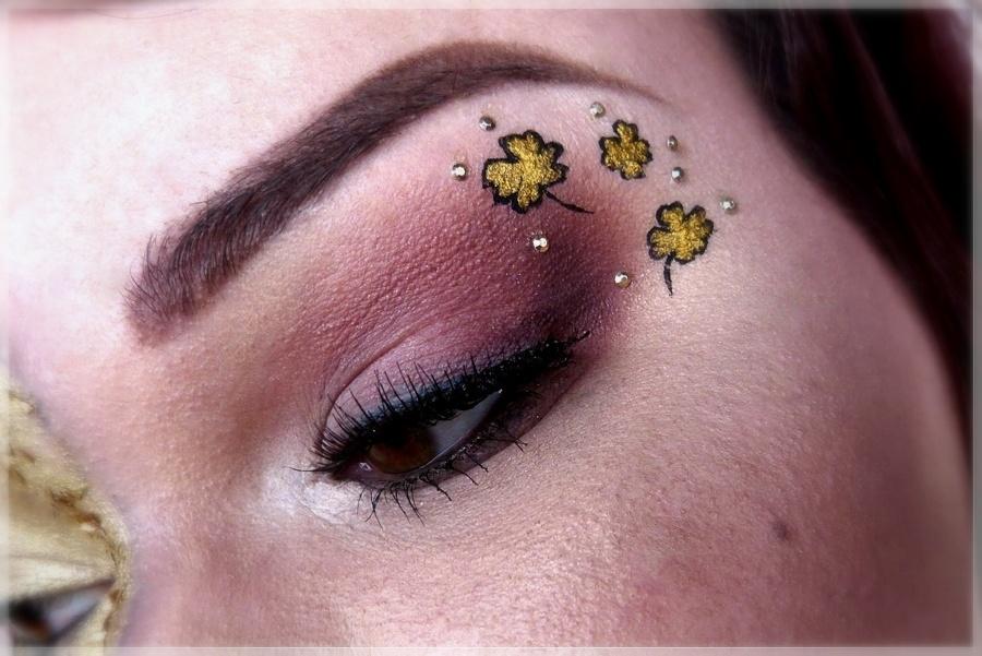 Augenmakeup mit Kleeblättern