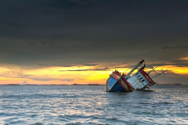 Sebuah Kapal Motor Dengan 25 Penumpang Karam Di Perairan Ketapang