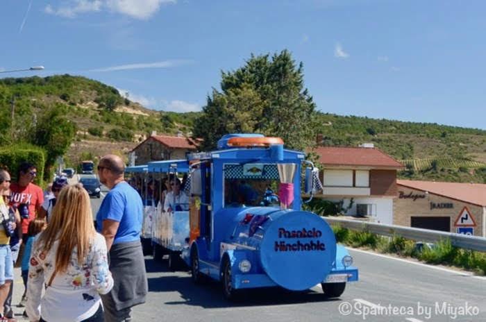 スペインのワイン産地でワイン祭り中の子ども用観光列車