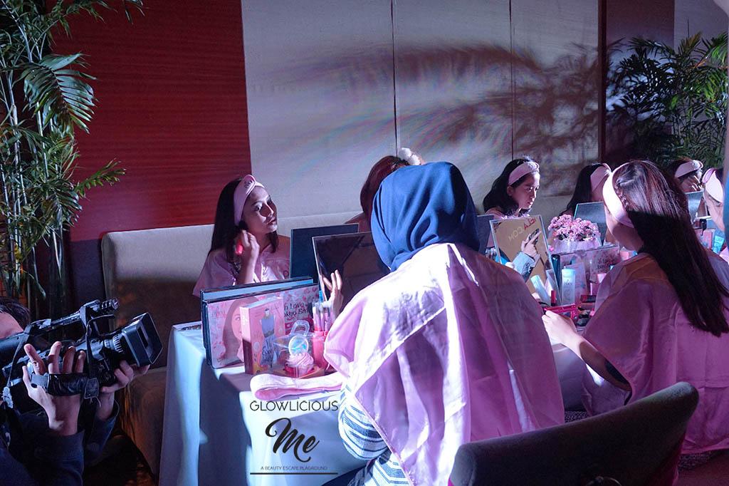 """Grand Final Pixy Tokyo Beauty Trip Series 2 Feat Fimela  Tepat 27 September 2016 hari Sabtu kemarin, aku menghadiri Grand Final Pixy Tokyo Beauty Trip Series 2 Feat Fimela. Acara yang dilangsungkan di The Lounge Plaza Senayan ini bertujuan untuk mencari 2 orang pemenang yang akan jalan - jalan gratis ke Jepang.  Asyiknya bisa jalan - jalan ke Jepang, gratis pula #mauuu. Namun ada beberapa tahapan yang harus dilalui yaitu dengan mengunggah foto OOTD untuk traveling dan membuat video tutorial dengan menggunakan produk Pixy Cosmetic.  Dan akhirnya sudah ada 10 orang finalis yang berhasil masuk ke grand final dan hari ini adalah penentuannya guys :). Pasti deg degan banget deh mereka, aku aja deg - deg an #loh?  Acara dimulai dengan memperkenalkan ke 10 finalis melalui video tutorial makeup mereka masing - masing. Dilanjutkan dengan kegiatan makeup challenge bertemakan Otona Kawai, """"makeup cute, dewasa dan sexy"""".  Selama 30 menit makeup challenge berlangsung, ada penampilan seru dari youtuber Indonesia yang menyanyikan lagu - lagu hits sekarang ini.  Dan waktu makan siangpun tiba, para finalis dan undangan boleh having lunch dulu. Tapi finalis hanya boleh touch up lipstick doang after lunch hihihi.  Kemudian waktu penilaian melalui interviewpun dimulai. Serius ya aku bener - bener exciting melihat mereka para finalis diinterview bak beauty pageant gitu :).  Yang menarik adalah juri tidak hanya menilai dari makeup look, penampilan stylenya aja tapi juga communication skills.  Akhirnya waktu yang ditunggu - tunggupun tiba, para juri sudah mengantongi nama 2 orang finalis yang berhak berangkat ke Jepang.  Dari ke 10 finalis yang memenangkan hadiah hiburan mendapatkan voucher MAP Rp. 500.000 dan produk Pixy Cosmetic adalah   1.   2.  3.  4.  5.    1 orang finalis yang memenangkan kategori finalis favorit, mendapatkan 1 juta voucher MAP dan produk Pixy Cosmetic.  1 orang finalis yang menjadi juara 3, temen blogger :), mendapatkan hadiah 2 juta voucher MAP dan produk Pixy Cos"""