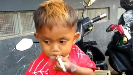 Insolite: À deux ans, il fume 40 cigarettes par jour