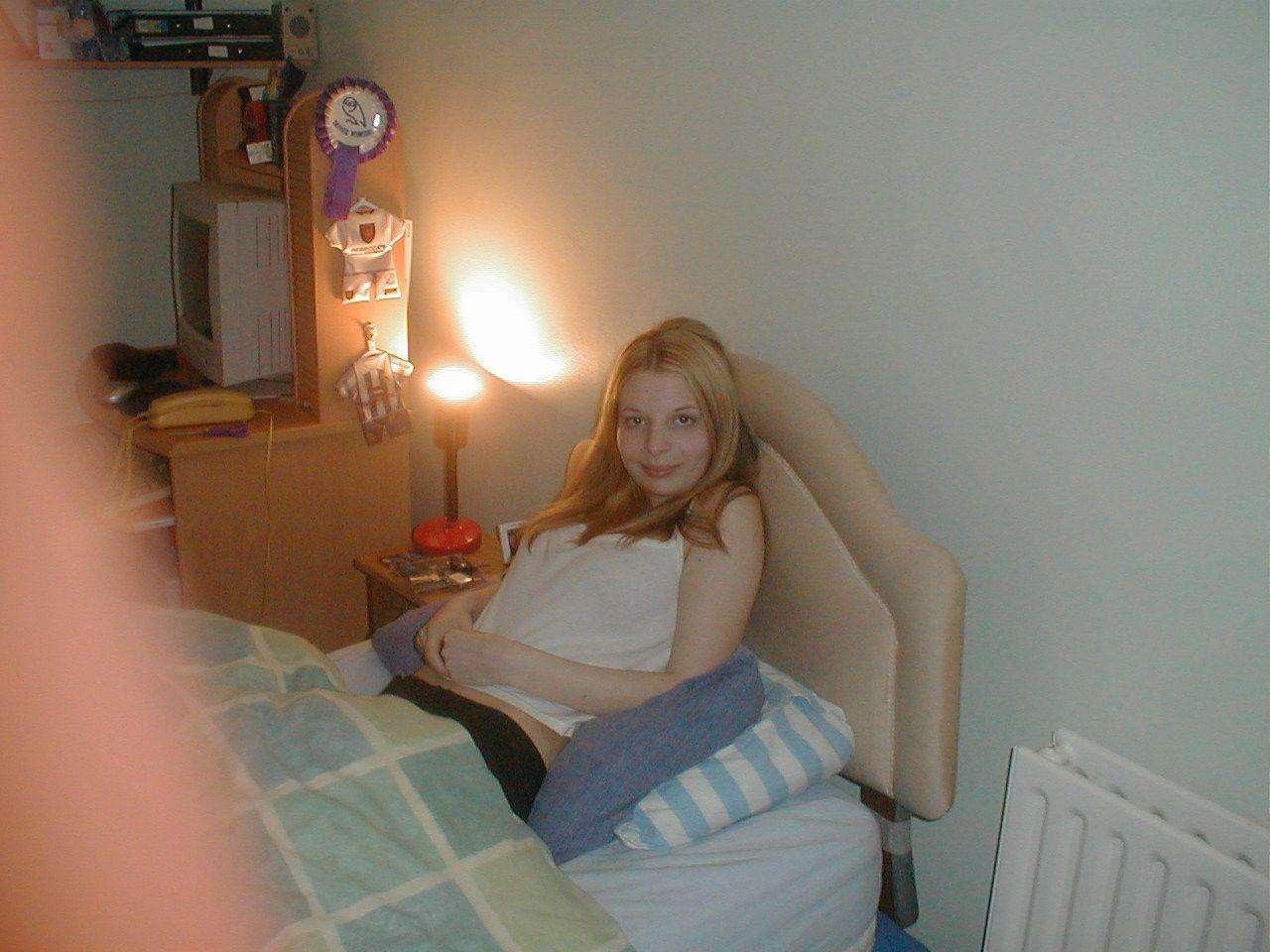 foto bugil cewek rusia toket cilik telanjang di kamar kost siap untuk di sodok kontol