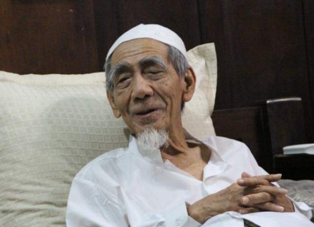 Penjelasan Mbah Maimoen Tentang Hadits 'Islam Akan Kembali Asing'