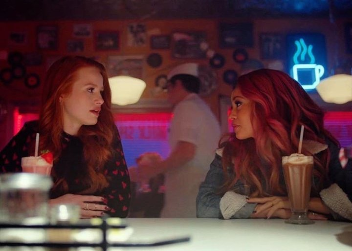 Madeleine Pestch y Vanessa Morgan en Riverdale de The Cw