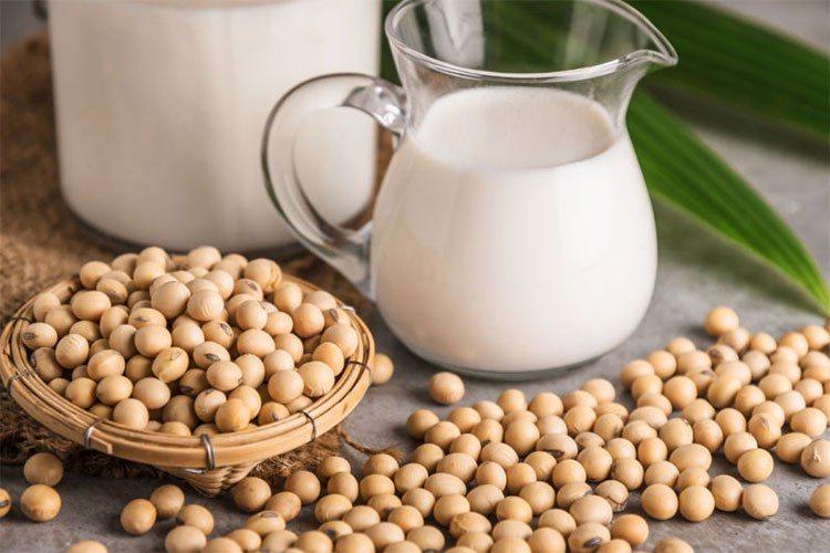 Đậu nành và các sản phẩm từ đậu nành là sự lựa chọn hàng đầu để tăng cường Estrogen, kích thích sản xuất HA cho cơ thể.