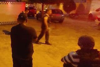 Jovem é assassinado a tiros quando chegava em casa com a avó
