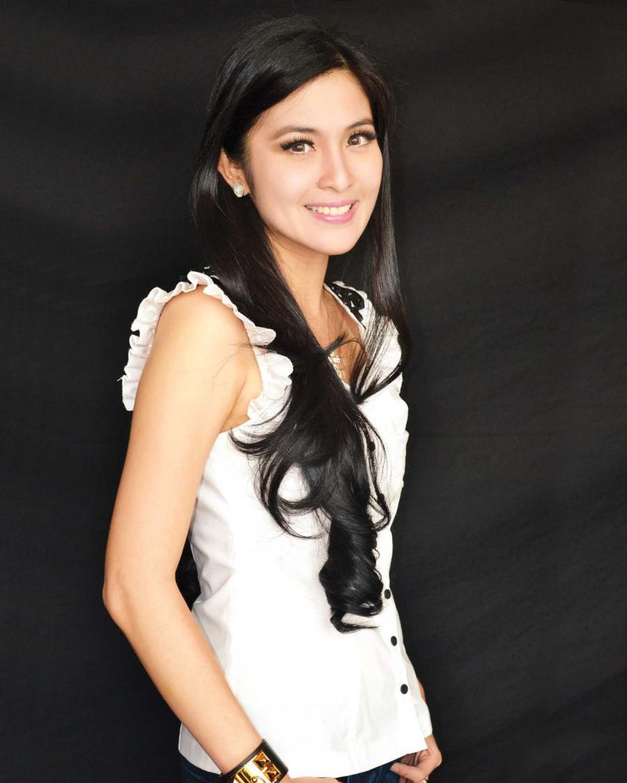 Sandra Dewi artis seksi dan manis Rambut hitam