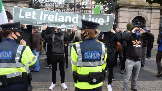 'Let Ireland Live'. Hundreds of protesters push to end restrictions while cause riots on the streets of Dublin