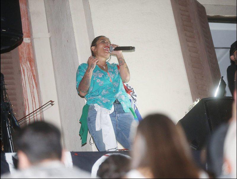 Anita Tijoux sorprendió con improvisado show desde balcón