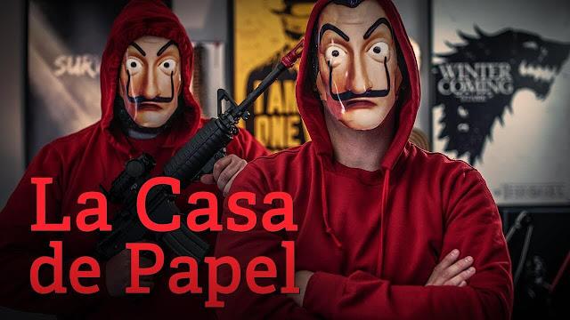 兩個穿紅帽T戴詭異面具手裡拿著槍的人
