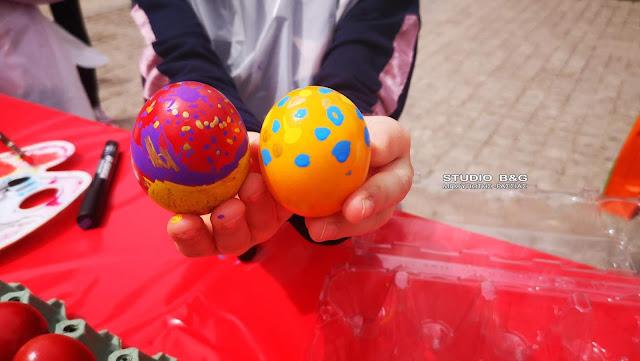 Μικρά παιδιά ζωγράφισαν πασχαλινά αυγά στο Ναύπλιο (βίντεο)