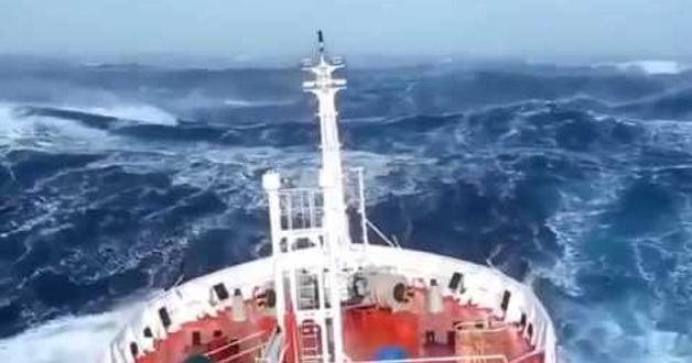 Kapal Laut ni cuba menyeberangi segitiga bermuda! Apa yang dirakamkan kat kawasan sana sangat mengejutkan orang! Lihat apa yang dirakamkan!