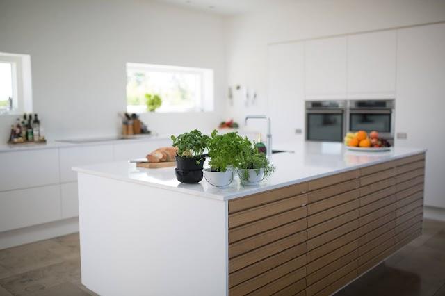 Come pulire i mobili bianchi moderni della cucina?
