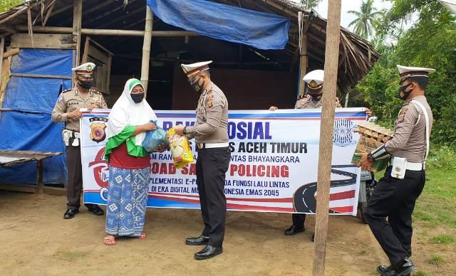 HUT Lalu Lintas ke-65, Satlantas Polres Aceh Timur Bagi-bagi Sembako Kepada Warga Kurang Mampu