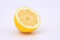Addentare limone succoso