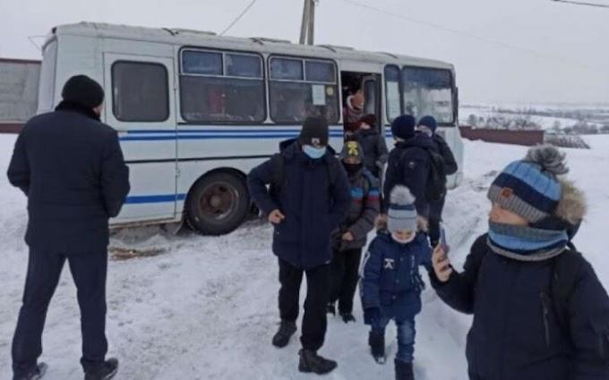 Дитина штовхала дівчину ногою в автобусі. Те, що зробив цей хлопець, стало мамі наукою